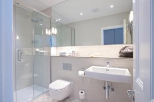 Een badkamer bij 54 Queen's Gate Hotel