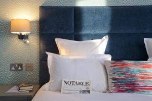 Een bed of bedden in een kamer bij 54 Queen's Gate Hotel