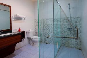 A bathroom at Melva Balemong