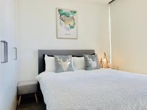 A bed or beds in a room at The Nordic by ZEN Homes II, Melbourne CBD