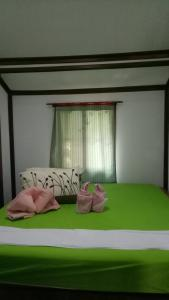 A bed or beds in a room at Comon Bungalow HaadChaoPhao
