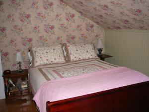 A bed or beds in a room at Gables Bed & Breakfast