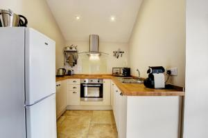 A kitchen or kitchenette at Llety Tyn y Coed