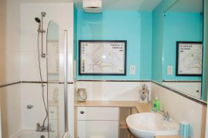 A bathroom at Bright 2 Bedroom Flat with Patio