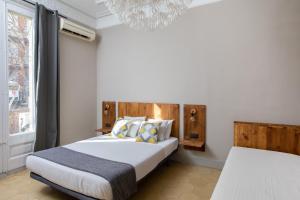 Een bed of bedden in een kamer bij Jardinets Guest House