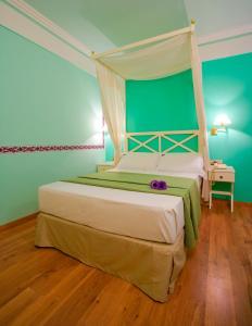 Cama o camas de una habitación en Suites Gran Vía 44
