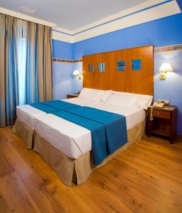 Una habitación en Suites Gran Vía 44