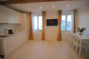 A kitchen or kitchenette at Luxury 3 rooms View Palais De Festival & Croisette