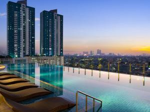 The swimming pool at or close to Holiday Inn & Suites Jakarta Gajah Mada, an IHG Hotel