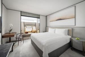 A bed or beds in a room at Shangri-La Hotel Singapore (SG Clean, Staycation Approved)