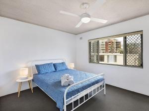 A bed or beds in a room at Dolphin Court 15