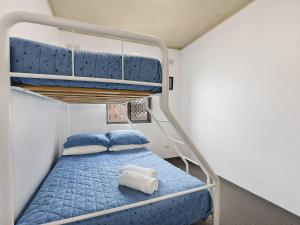A bunk bed or bunk beds in a room at Dolphin Court 15