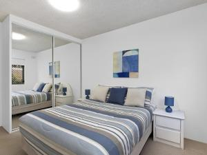 A bed or beds in a room at Dolphin Court 5