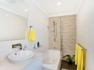 A bathroom at Koonah Townhouse