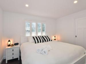 A bed or beds in a room at Margaret's Hamptons Cottage