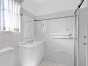 A bathroom at Stunning Toowoon Bay on Charlton