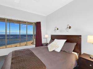 A bed or beds in a room at Stunning Toowoon Bay on Charlton