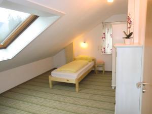 A bed or beds in a room at Ferienwohnungen Federleicht