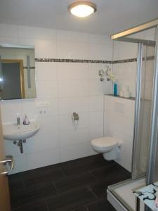 A bathroom at Ferienwohnungen Federleicht