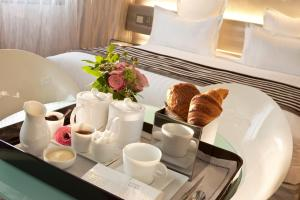 Breakfast options available to guests at Le 7 Eiffel Hotel