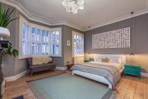 A bed or beds in a room at Veeve - Homely Chic
