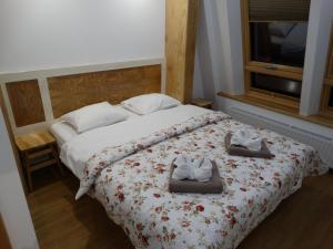 Łóżko lub łóżka w pokoju w obiekcie Apartamenty Pod Różami