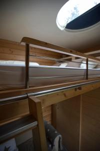 A bunk bed or bunk beds in a room at Sterrenkubus