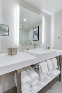A bathroom at Radisson Hotel Seattle Airport
