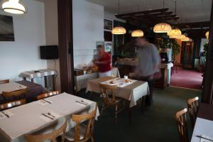 A restaurant or other place to eat at Hôtel La Pocatière