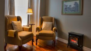 A seating area at Sir Isaac Brock B&B Luxury Suites