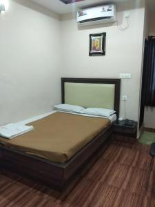 A bed or beds in a room at Hotel Meridian Inn