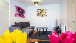 A seating area at UR City Pad - Regent Wharf