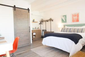 A bed or beds in a room at Surfhouse
