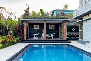The swimming pool at or close to Villa Cetta