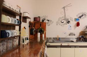 Dapur atau dapur kecil di Nagoya Travellers Hostel