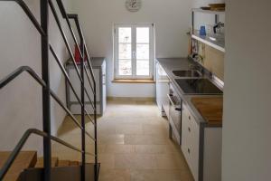 A kitchen or kitchenette at Nengshof Ferienhaus Gänseblümchen