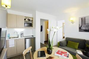Een keuken of kitchenette bij Aparthotel Adagio Access Marseille Prado Périer