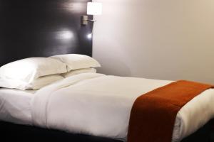 Ein Bett oder Betten in einem Zimmer der Unterkunft Signature Lux Hotel by ONOMO, Waterfront
