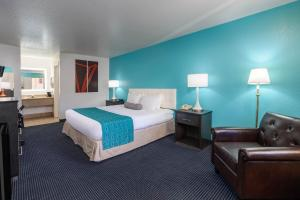 Postel nebo postele na pokoji v ubytování Howard Johnson by Wyndham Holbrook