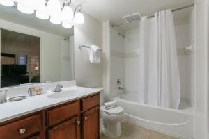 A bathroom at Thomas Circle Apartments