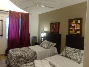 Una cama o camas en una habitación de Hotel Biarritz