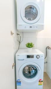 A kitchen or kitchenette at EP22-Brand new modern studio in Epping
