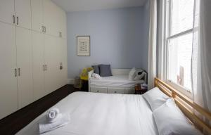 A bed or beds in a room at Ancora South Yarra
