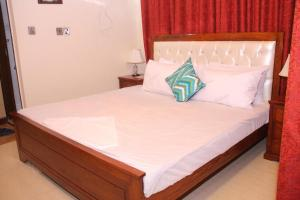A bed or beds in a room at CP Hotel Islamabad
