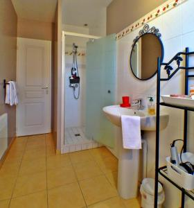 A bathroom at Le Roi Coq