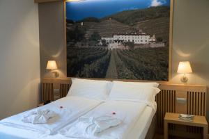 A bed or beds in a room at Wine Hotel Retici Balzi