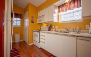 A kitchen or kitchenette at Ozark Charm Condo