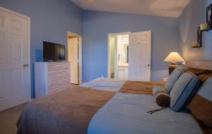 A bed or beds in a room at Ozark Charm Condo