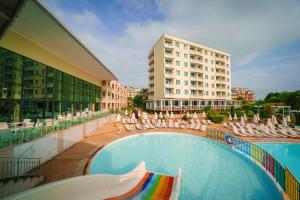 The swimming pool at or close to Hotel Perla Beach I