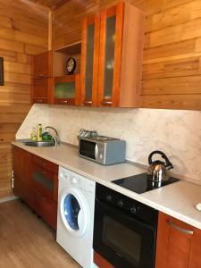 A kitchen or kitchenette at Бунгало на Банном